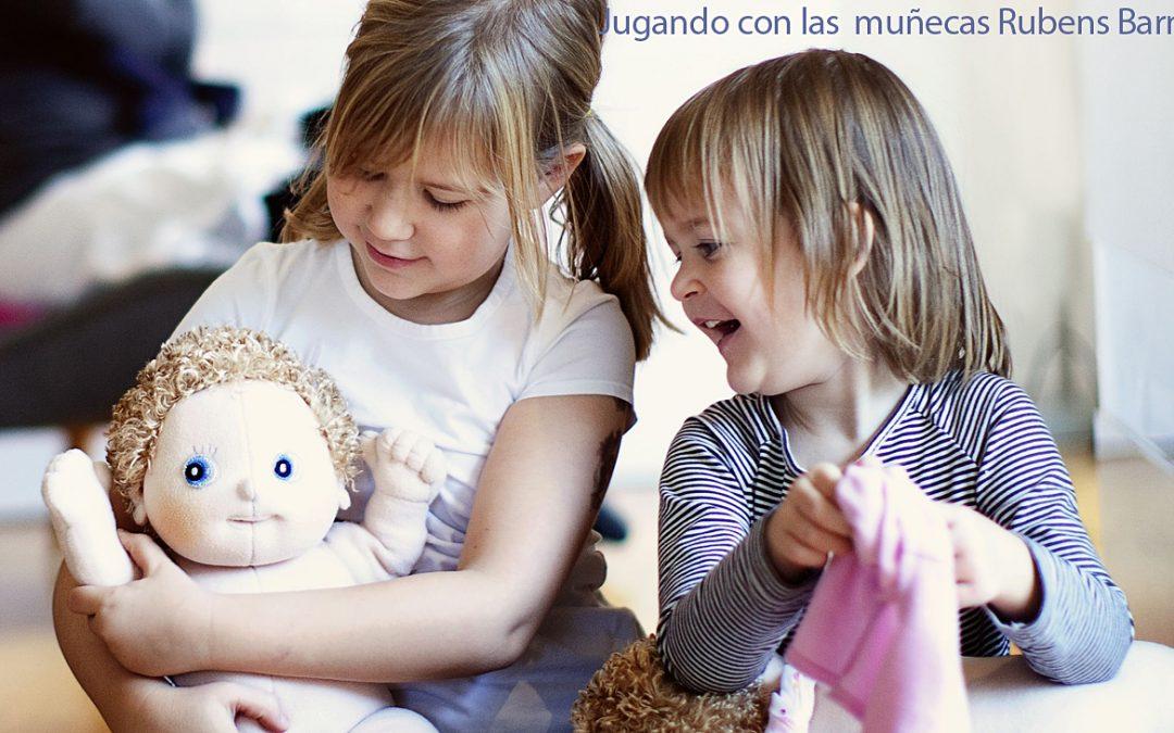 """Foto de niños jugando con las muñecas Rubens Barn. A Rubens barn le motiva y enorgullecen los valores de los centros preescolares de Suecia. Ha iniciado una colaboración en los centros preescolares de todo el mundo para que el intercambio de ideas de diferentes culturas sea un medio atractivo de aprendizaje de la empatía y la consciencia de uno mismo. """"Rubens barn""""."""
