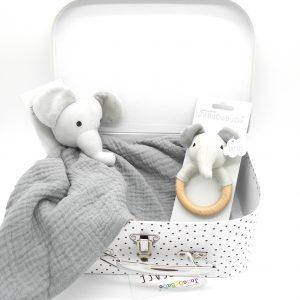 cesta regalo bebé con sonajero y doudou